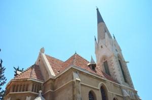 Immanuelkirkens bygning skiller sig markant ud fra andre bygninger i Jaffo, idet den på mange måder ligner en almindelig dansk sognekirke.