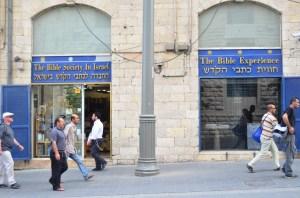 Bibelbutikken på Yaffa Road i Jerusalem er ikke blot en butik, men giver os anledning til mange samtaler - også med ortodokse jøder.
