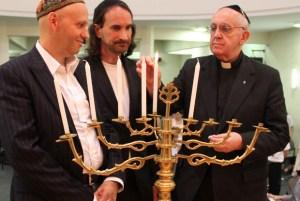 Pave Francis mødtes i juni måned med repræsentanter fra det internationale jødiske samfund for at styrke relationen mellem den katolske kirke og det jødiske samfund. Her ses han inden han blev valgt som pave ved en Hanukah-fejring i Buenos Aires, Argentina.