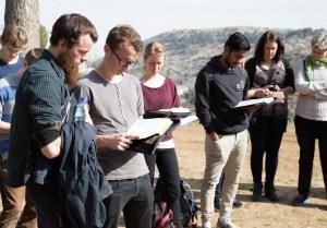 Teologistuderende med næserne begravet i deres bibler i Judæas bjerge