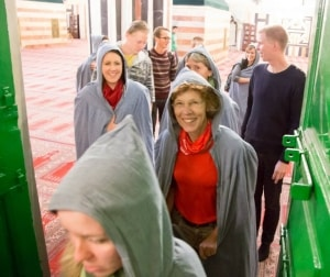 Bodil Skjøtt med studerende på vej ind i en moské.