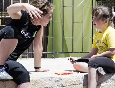 Mette og ét af børnene i engageret samtale.