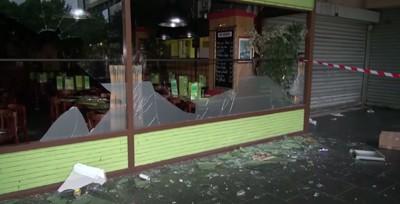 En jødisk restaurant er smadret efter optøjer i forbindelse med en anti-israelsk demonstration i den parisiske forstad Sarcelles. Foto fra Youtube