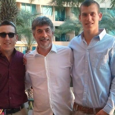 David Lazarus med sønnerne Josh og Elisha.