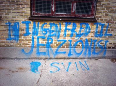 Graffiti på Carolineskolens mur ved hærværket i august 2014. Foto: Thomas Albrektsen