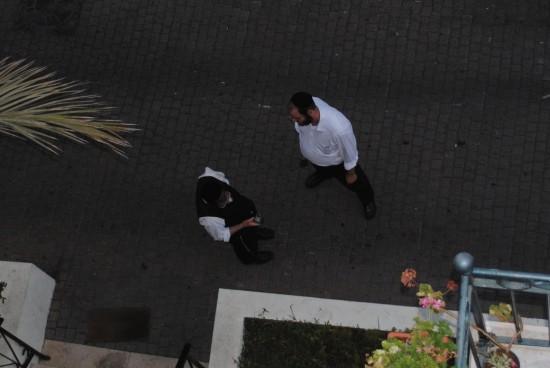 Anti-missionsorganisationen Yad LAchim advarer mod kristent arbejde i Israel. Her står de uden for Immanuelkirkens menighedshus i Jaffo.