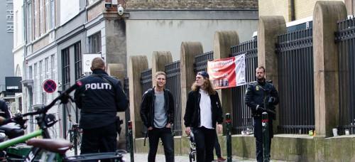 Der er konstant politi foran synagogen i København.