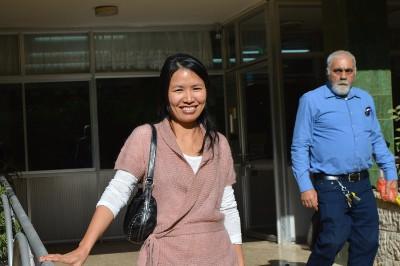 Huong foran Ebenezer-hjemmet i Haifa, hvor hun arbejder som volontør.
