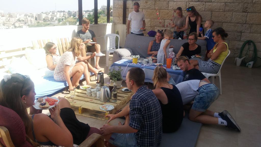 Selskabet nydes på terrassen i forbindelse med volontør-lejligheden i Jerusalem. Foto: Anne-Mette og Jeppe Ladegaard