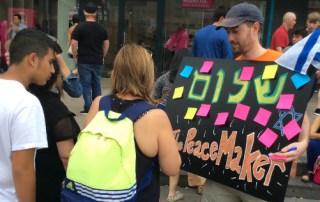 Aaron Lewin (Berlin Afdelingsleder) inviterer folk på gaden til at dele deres tanker om fred